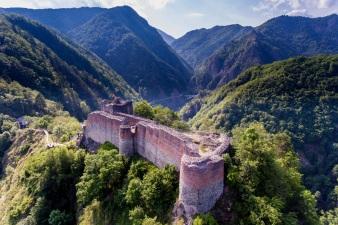 Fortress-Poenari.-Aerial-View-Rumänien-shutterstock_676077262